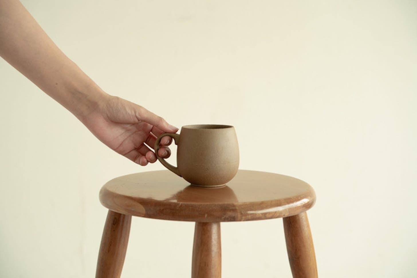 リサイクル陶器から生まれたマグカップでホッと一息